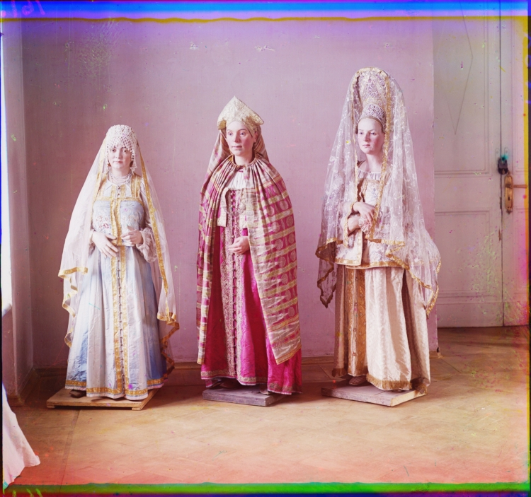 710994_photoshopia_ru_91_Sergey_Mihaylovich_Prokudin-Gorskiy__Rossiyskaya_Imperiya_v_cvete__20148_-_Three_mannequins_of_women_in_elaborate_dress__on_wooden