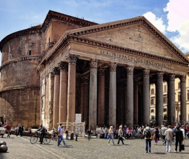 Outside-the-Pantheon-in-Rome