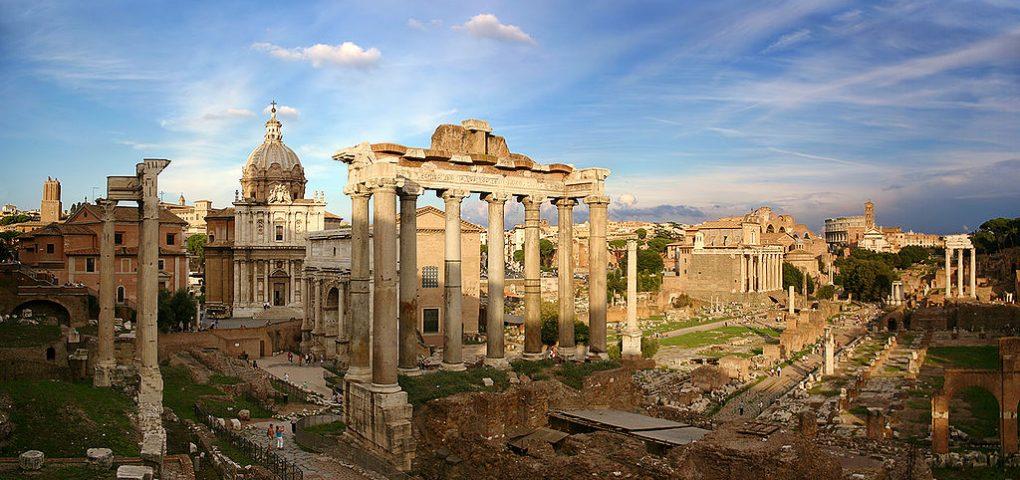 Римский форум, в центре — колонны храма Сатурна, на заднем плане — триумфальная арка Септимия Севера